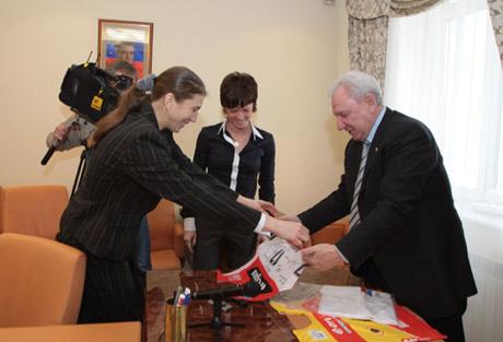 Филипенко получил презенты от выдающихся спортсменов. Что подарили губернатору